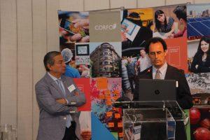 Decano Juan Carlos de la Llera presentando el trabajo de Ingeniería UC.
