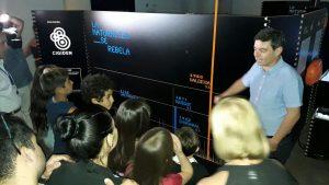 Profesor Rodrigo Cienfuegos inaugurando la muestra