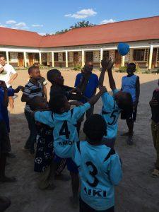 Alumnos y niños de la comunidad de St. Francis de Sales jugando