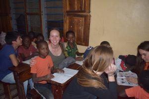 Apoyo escolar a los niños de la comunidad de St.Francis de Sales en Tabora