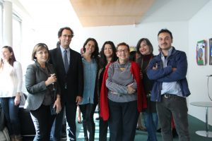 Decano Juan Carlos de la Llera, Militza Agusti y artistas que participan en la exposición.