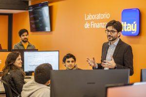 Profesor Tomás Reyes y alumnos UC en Laboratorio.