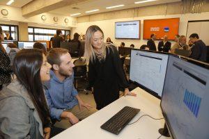 Alumnos de ingeniería y profesionales Itaú en inauguración de laboratorio.