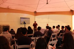 Profesor de Ingeniería UC, Jorge Baier durante su charla frente a los estudiantes de enseñanza media