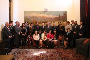 Autoridades y alumnos en Instituto de Ingenieros de Chile