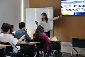Florencia Mesa, directora de Balloon Latam Chile, explicando el programa Balloon U a los alumnos de Ingeniería UC