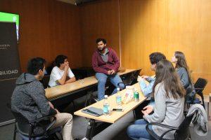 Alumnos que participaron en versiones anteriores de Balloon U, resolviendo dudas de otros estudiantes interesados en el programa