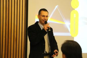 profesor Miguel Torres exponiendo ante la generación del 83´