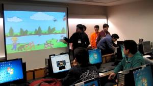 Alumnos del taller presentando sus videojuegos
