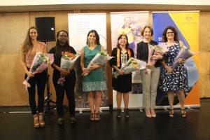 Ingenieras destacadas que son parte de la exhibición reciben reconocimiento.