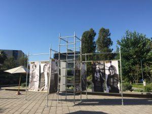 La estructura que destaca a mujeres ingenieras se encuentra en el atrio del Complejo Andrónico Luksic Abaroa.