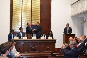 Carlos Mercado entregando premio a Aldo Cipriano